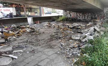 Neporiadok a čierne skládky pod estakádou pri Kragujevskej ulici