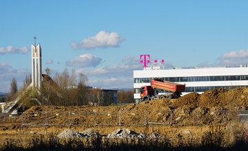 FOTO: Kaufland rozširuje parkovisko, v rámci regulácie pribudnú aj rampy