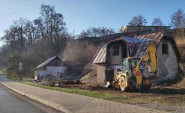 FOTO: Na Rosinskej ceste bol zbúraný prvý z dvojice opustených domov