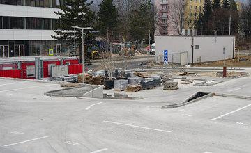 FOTO: Rekonštrukcia budovy na Poštovej ulici sa blíži ku koncu, finišujú aj práce na parkovisku