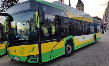 FOTO: Na Námestí Andreja Hlinku boli slávnostne odovzdané dva nové elektrobusy