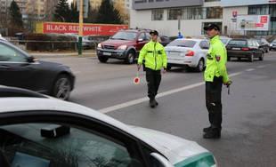 Policajti rozdávajú slušným a poctivým vodičom žolíka