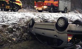 FOTO: V Lietave došlo k nehode osobného auta, to skončilo na streche v potoku