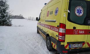 FOTO: V mestskej časti Trnové sa pri zimnej sánkovačke zranil chlapec
