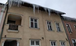 Nebezpečné cencúle na strechách domov