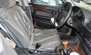 V opustenej hale v Bulharsku objavili nikdy nejazdené 25 ročné BMW