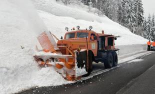 Pri rozširovaní cesty medzi Oravou a Kysucami dnes pomáhala 57-ročná fréza