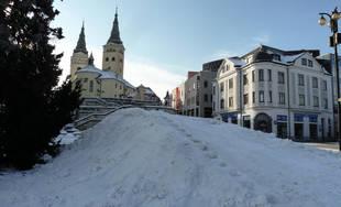 FOTO: Na Hlinkovom námestí vytvorilo mesto kopec zo snehu pre deti