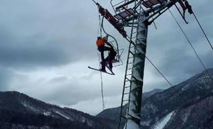 Evakuácia uviaznutých lyžiarov na lanovke v Párnici