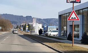 FOTO: Výtlky na Rosinskej ceste sa objavujú každý rok, úsek označili značkou