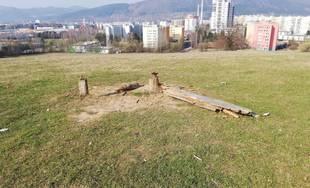 FOTO: Neznámy vandal poškodil lavičku nad Vlčincami