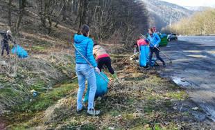 FOTO: Turistický oddiel UHLÍK zo Strečna dnes čistí parkovisko pod Domašínskym meandrom