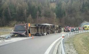 FOTO: Pod Dubnou Skalou sa prevrátil kamión, na mieste zasahujú všetky záchranné zložky