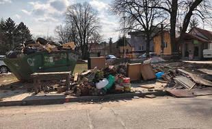 FOTO: Zber nadrozmerného odpadu v mestských častiach nestíha, v okolí stojísk je neporiadok