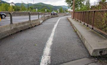 Úsek medzi Budatínskym mostom a Hydrouzlom spevnia asfaltom, vznikne nová cyklotrasa