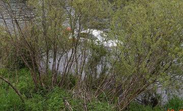 FOTO: V okrese Ružomberok došlo k nehode, pri ktorej spadlo auto do Váhu