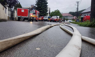 FOTO: V obci Kotešová vytopilo rodinné domy, hasiči pomáhajú pri odčerpávaní vody