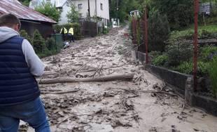 FOTO: V mestskej časti Vranie došlo k zosuvu pôdy, niektoré ulice sú neprejazdné, zasahujú aj hasiči