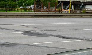 FOTO: Výtlky a prepadliny na Nemocničnej ulici pribúdajú, vodiči by uvítali komplexnú rekonštrukciu