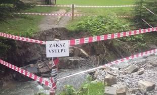 FOTO: Intenzívne dažde ohrozujú Skanzen vo Vychylovke, železnica funguje v obmedzenom režime
