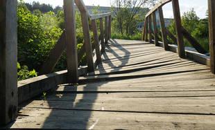 FOTO: Drevená lávka cez potok Rosinka je poškodená, oprava pred štyrmi rokmi stála 1.500 eur