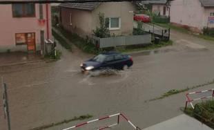 FOTO: Hlavná ulica v Bytčici je po daždi pod vodou