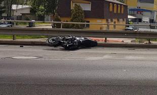 FOTO: Pri starom cintoríne došlo k nehode motocyklistu, polícia uzavrela cestu a odkláňa dopravu