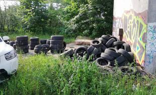 FOTO: Pod žilinskou estakádou vznikla nová skládka pneumatík