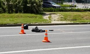 FOTO: Dopravná nehoda motocyklistu a osobného auta komplikuje dopravu na sídlisku Solinky