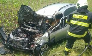 FOTO: Na Orave došlo k zrážke cisterny s osobným autom, to začalo horieť
