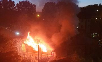 FOTO: Neďaleko centra mesta horel opustený rodinný dom, požiar likvidovali dve posádky hasičov