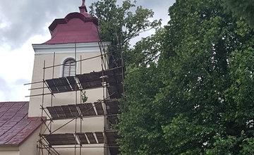 FOTO: V obci Vysoká nad Kysucou spadli počas búrky stromy na kostol