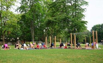 FOTO: Každý utorok a štvrtok sa v Parku Ľudovíta Štúra cvičí ranná joga