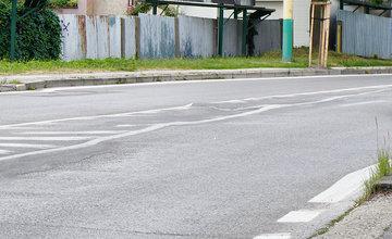 Poškodená vozovka na ulici Veľká Okružná pod Auparkom v Žiline