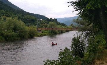 FOTO: Vodič zabudol zaistiť svoje auto proti pohybu, to skončilo v rieke Váh
