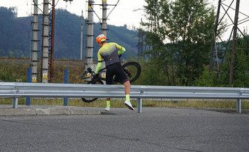 FOTO: Napojenie chodníka pre chodcov a cyklistov pri Vodnom diele bolo zatarasené zvodidlom