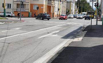 FOTO: Vodiči upozorňujú na poškodenú cestu s vyjazdenými koľajami aj na Komenského ulici