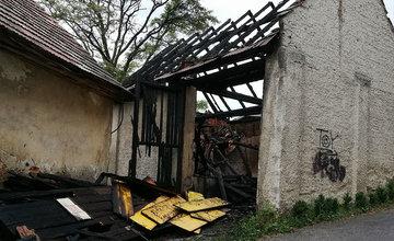Požiar stodoly a zaparkovaných osobných áut v Budatíne 20. júla 2019
