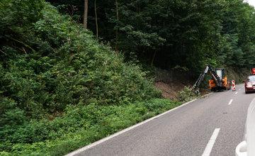 FOTO: Čistenie záchytných sietí od skál na ceste pod Strečnom