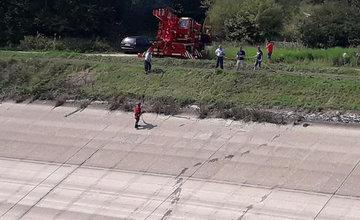 AKTUÁLNE: Z vypusteného Hričovského kanála vytiahli osobné auto, v ktorom malo byť neznáme telo