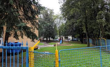 FOTO:Na Puškinovej ulici v Žiline odstránili detské ihrisko, ktoré mali obyvatelia priamo pod oknami