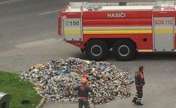FOTO: Na ulici Mateja Bela na Hájiku došlo k zadymeniu pri zbere odpadu