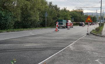 FOTO: Na rozkopanej ceste medzi Solinkami a Vlčincami dnes položili nový asfaltový koberec