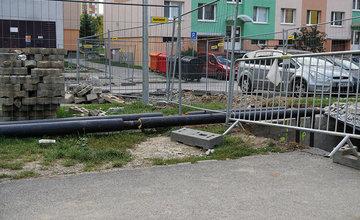 Potrubie horúcovodu nad zemou na sídlisku Solinky v Žiline