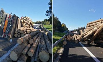 FOTO: Na diaľnici medzi Ružomberkom a Liptovským Mikulášom sa prevrátil kamión s drevom
