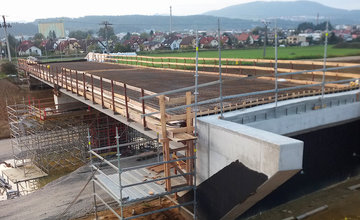 FOTO: Most ponad diaľničný privádzač v Bytčici je postavený