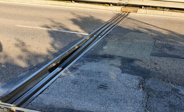 FOTO: Vodiči jazdiaci po ulici Na Horevaží zvýšte opatrnosť, mostný záver je výrazne poškodený