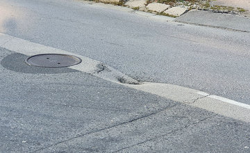 FOTO: Vozovka sa na mnohých miestach prepadáva aj na ulici Hviezdoslavova