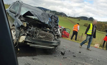 FOTO: Pri obci Varín došlo k zrážke troch áut a dodávky, cesta je neprejazdná