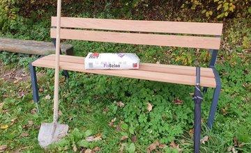 FOTO: Na začiatku Vodného diela v Žiline menia dobrovoľníci lavičky za nové